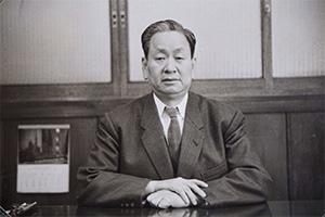 丸石製薬株式会社取締役であった河野港が、薬品原料商・河野商店を開設。